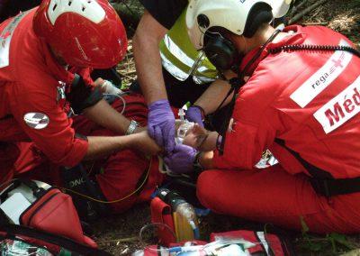 Le blessé est stabilisé avant le transport