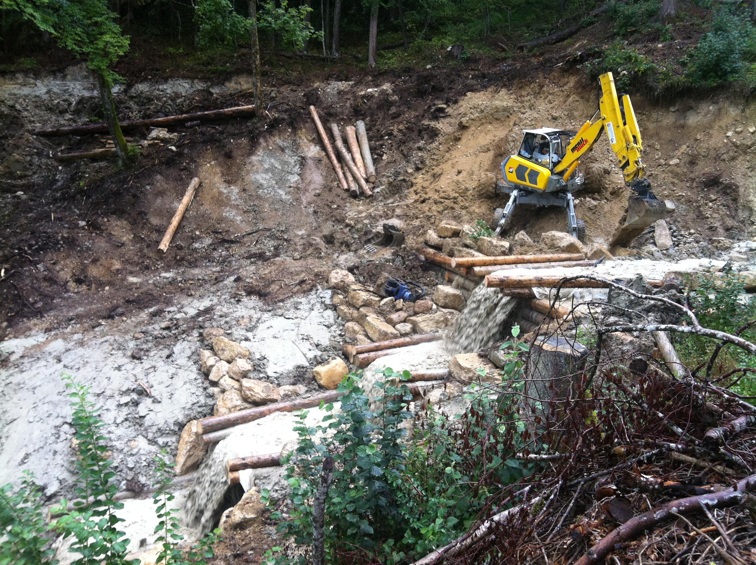 Le bois est ensuite déposé à proximité de la machine et mis en place