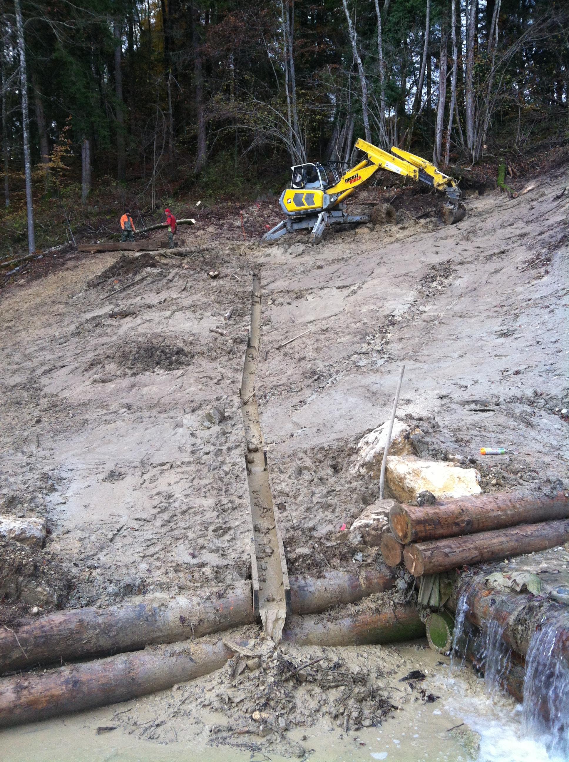Il a parfois été indispensable de capter l'eau aux abords de l'ouvrage afin d'éviter les glissements de terrain