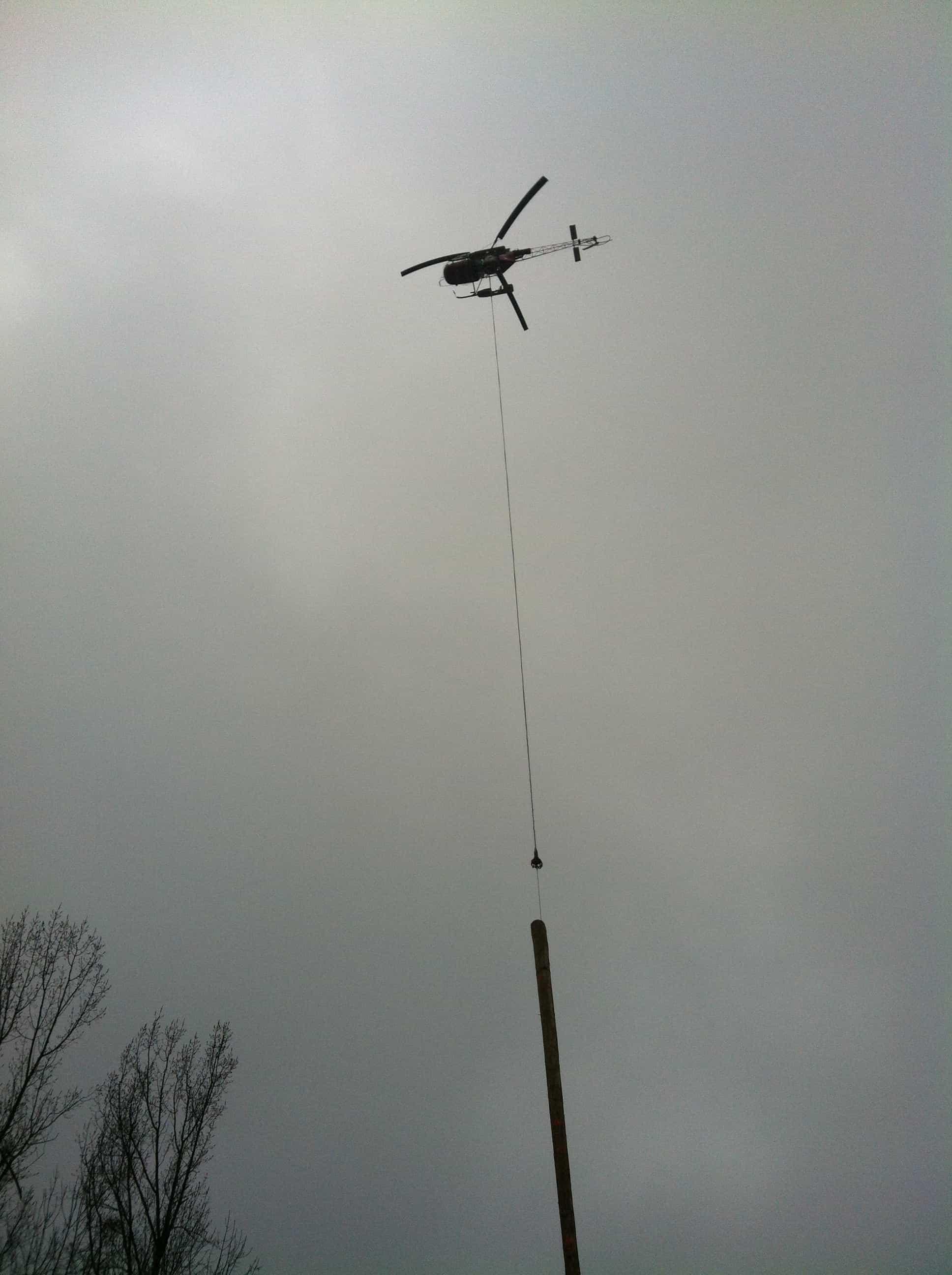 La suite de l'ouvrage étant particulièrement difficile d'accès, un hélicoptère a été nécessaire pour l'acheminement du bois