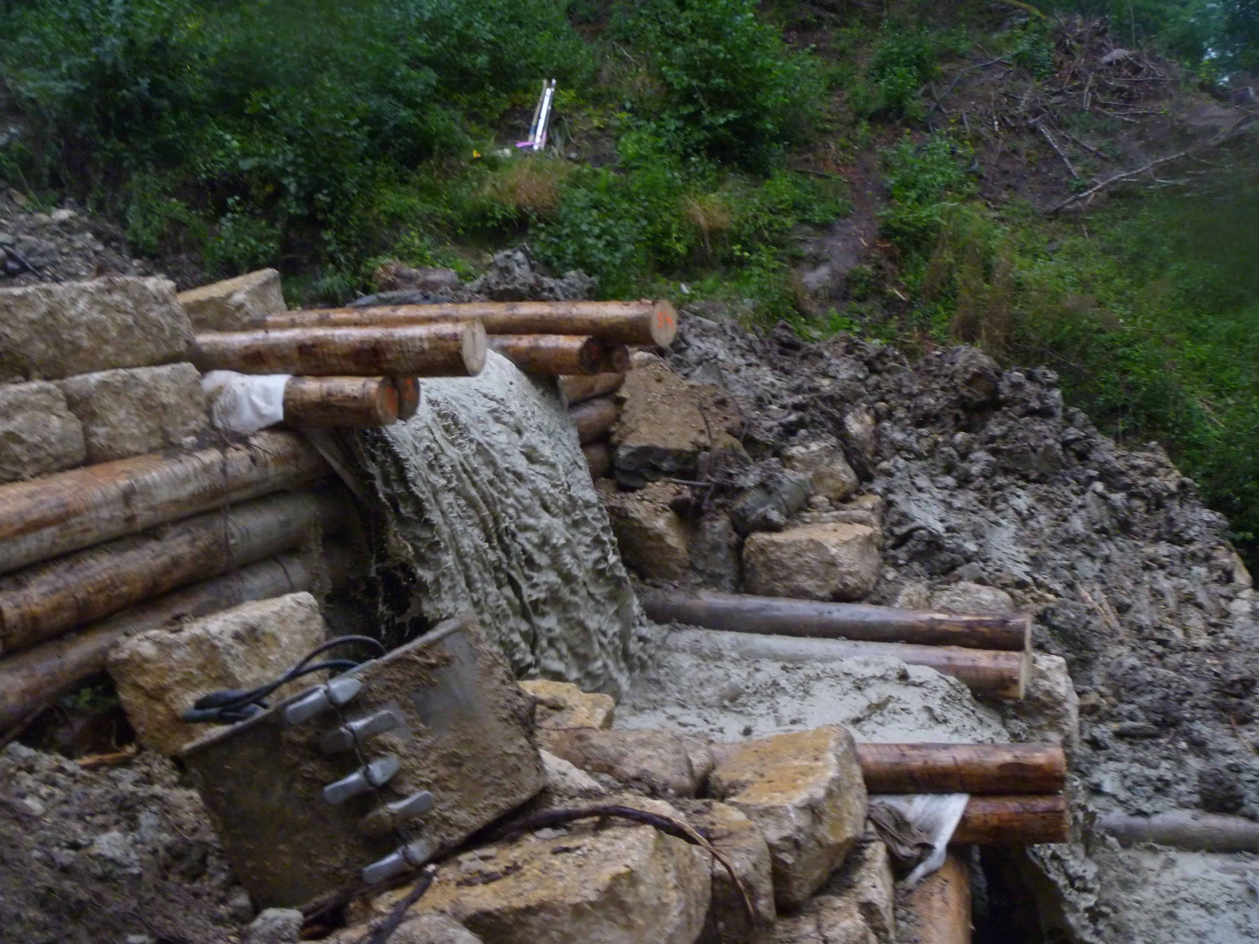 Sur cette partie du tronçon, le détournement de l'eau n'est plus possible, ce qui complique passablement la tâche